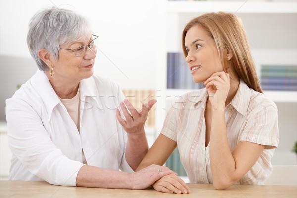 Stock fotó: Fiatal · nő · nagymama · beszélget · otthon · mosolyog · család
