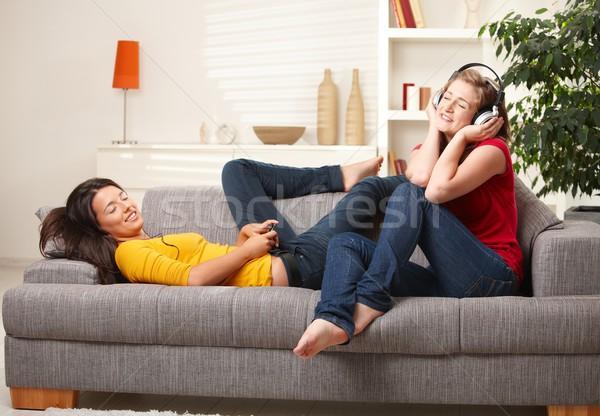 Adolescente meninas ouvir música sofá escuta música Foto stock © nyul
