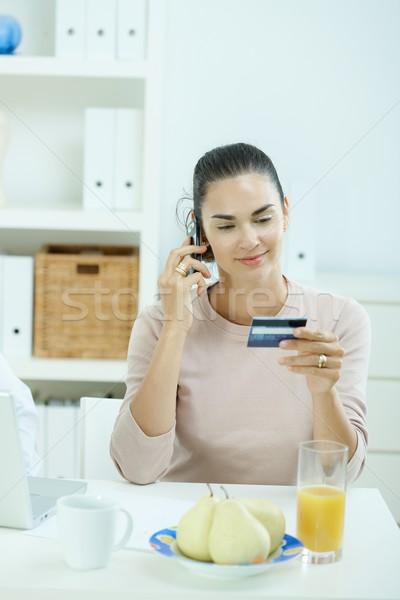 Foto stock: Mujer · tarjeta · de · crédito · sesión · escritorio · casa · teléfono · celular