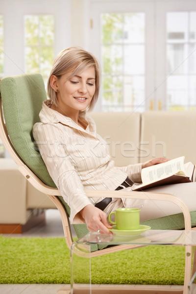 ストックフォト: 女性 · コーヒーマグ · 図書 · ホーム · リラックス · アームチェア