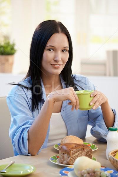 Stock fotó: Portré · fiatal · nő · reggeli · kávéscsésze · mosolyog · kamera