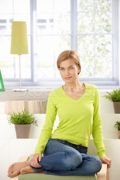 ストックフォト: 魅力のある女性 · 座って · ホーム · 緑 · 魅力的な