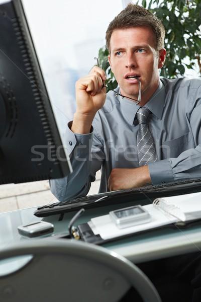 Zdjęcia stock: Biznesmen · patrząc · ekranu · biuro · ekranie · komputera