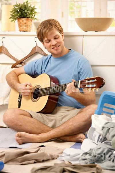 怠惰な 男 演奏 ギター 小さな 座って ストックフォト © nyul