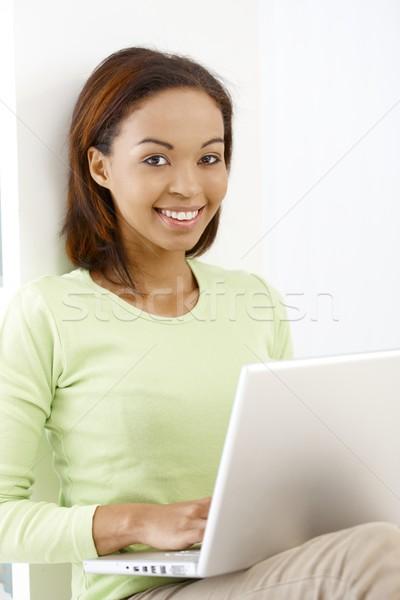 Photo stock: Portrait · joli · fille · afro · séance · ordinateur · portable