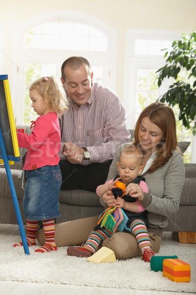 Famille jouer séance chambre famille heureuse quatre Photo stock © nyul