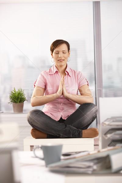 Photo stock: Employé · de · bureau · pause · yoga · méditation · séance · fenêtres