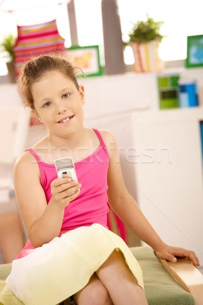 Portré lány mobiltelefon kicsi kéz mosolyog Stock fotó © nyul