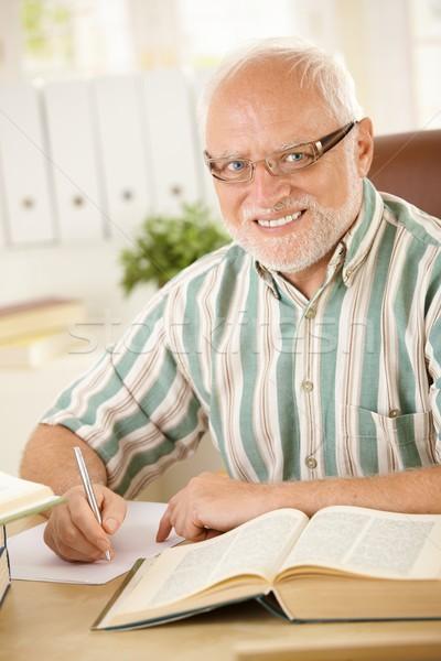 Foto stock: Retrato · idoso · homem · trabalhando · secretária · sorridente