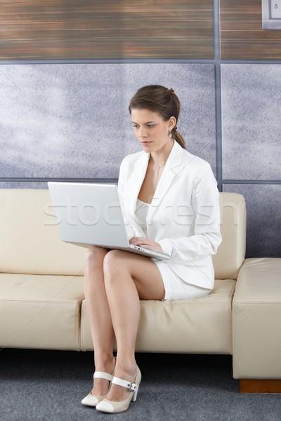 üzletasszony iroda lobbi csinos elegáns ül Stock fotó © nyul
