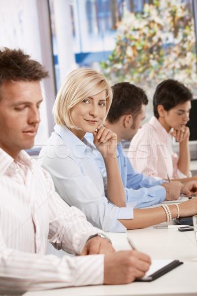 Foto stock: Feliz · empresária · reunião · de · negócios · tabela · olhando
