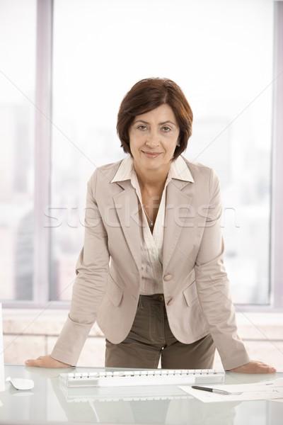 Foto stock: Retrato · altos · mujer · de · negocios · oficina · pie · escritorio