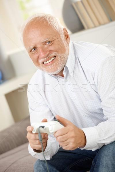 Portret moderne senior spelen computerspel glimlachend Stockfoto © nyul
