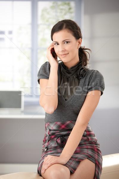 Vonzó lány mobiltelefon mosolyog vonzó fiatal lány beszélget Stock fotó © nyul