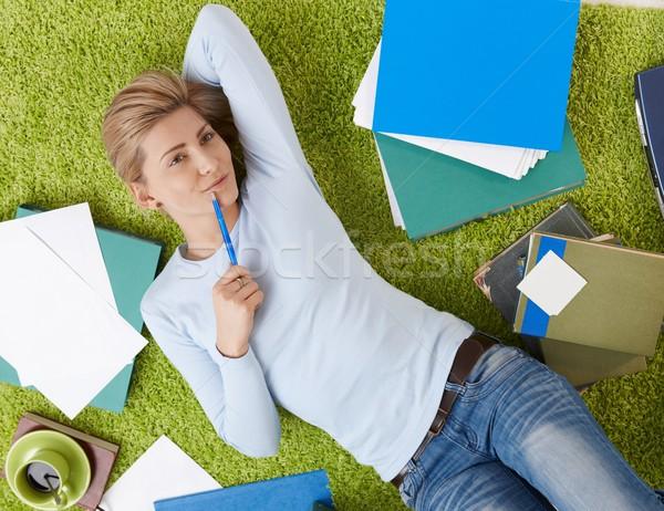 Glimlachende vrouw documenten woonkamer vloer hand Stockfoto © nyul