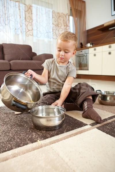 Weinig jongen spelen vergadering tapijt keuken Stockfoto © nyul
