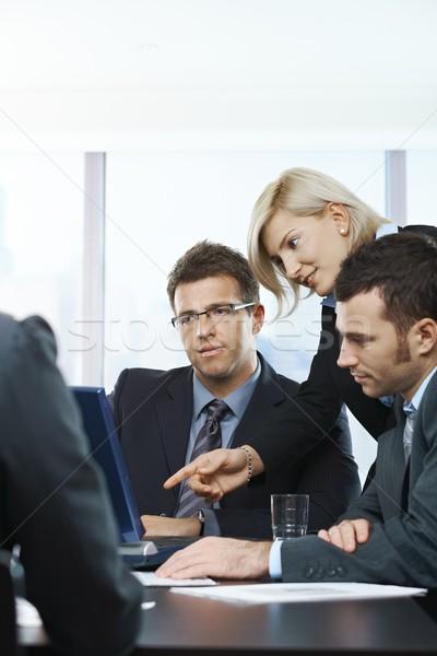 Stok fotoğraf: Iş · adamları · toplantı · bakıyor · dizüstü · bilgisayar · konuşma · tablo