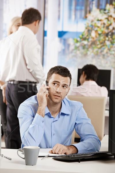Stockfoto: Zakenman · praten · mobiele · vergadering · bureau · kantoor