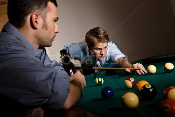 Junger Mann Scharfeinstellung spielen Snooker weiß Ball Stock foto © nyul