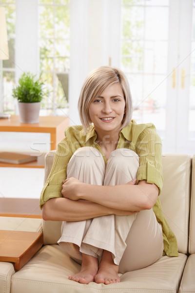 Stok fotoğraf: Gülümseyen · kadın · kanepe · oturma · oturma · odası · kanepe