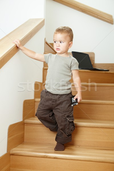Peu garçon permanent escaliers sérieux Photo stock © nyul