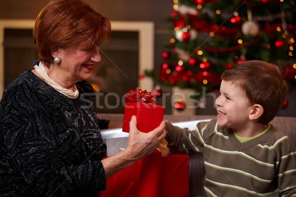 Kleinzoon christmas aanwezig gelukkig grootmoeder glimlachend Stockfoto © nyul