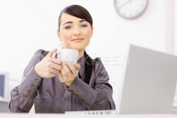 деловая женщина питьевой кофе сидят столе служба Сток-фото © nyul