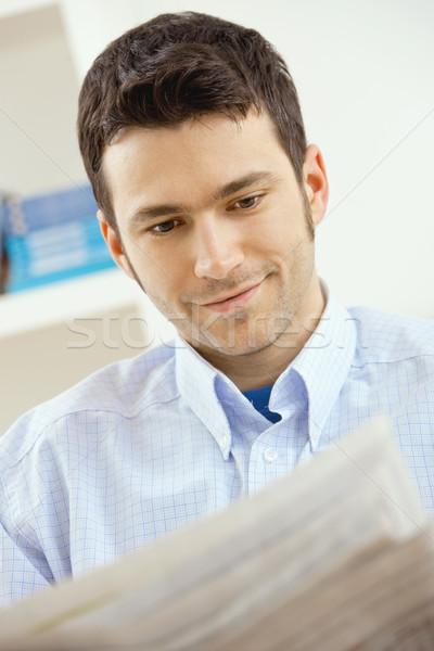 человека чтение газета случайный молодые бизнесмен Сток-фото © nyul