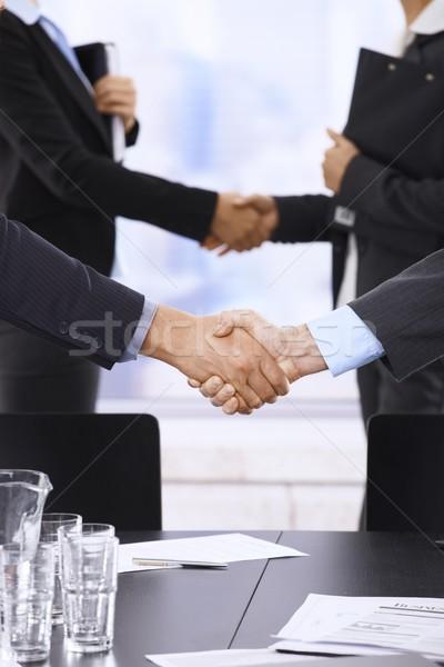 Stock fotó: üzletemberek · kézfogás · felhőkarcoló · iroda · megbeszélés · üzlet