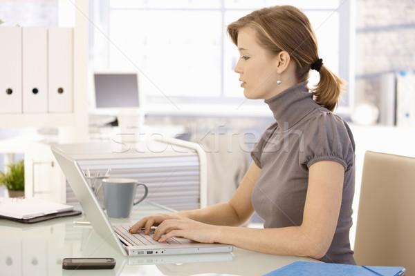 Stok fotoğraf: Genç · işkadını · dizüstü · bilgisayar · kullanıyorsanız · çekici · çalışma · büro