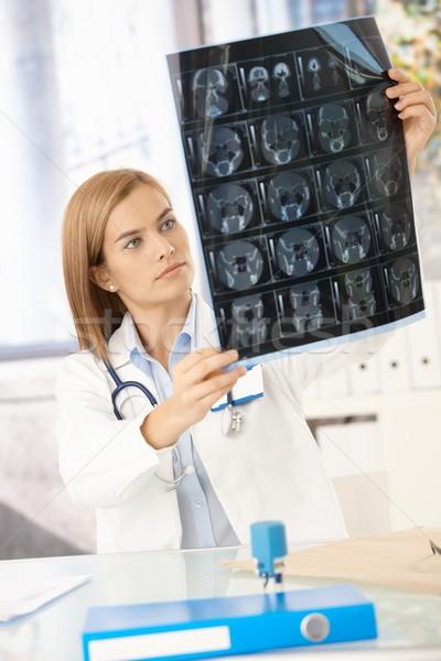 Jeunes Homme médecin étudier xray image Photo stock © nyul
