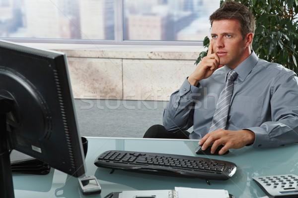 Stock fotó: üzletember · néz · képernyő · iroda · fókuszál · képernyő
