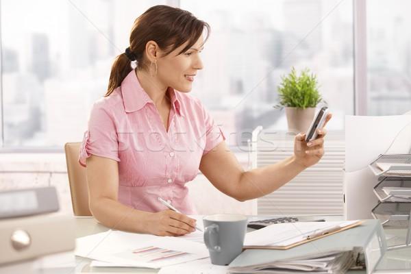 Photo stock: Employé · de · bureau · téléphone · portable · séance · bureau · souriant