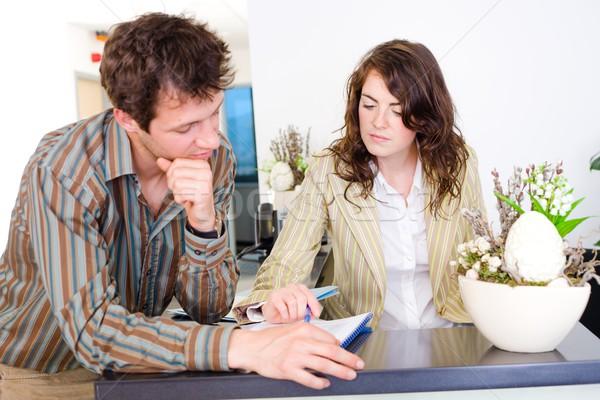 Foto stock: Trabalhando · jovem · discussão · escritório · recepção