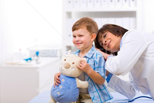 Arts onderzoeken kind senior vrouwelijke weinig Stockfoto © nyul