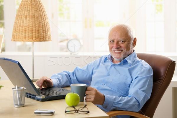Foto stock: Retrato · feliz · senior · homem · computador · sessão