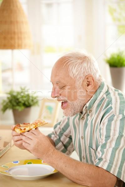 Ouder man eten pizza slice home hongerig Stockfoto © nyul