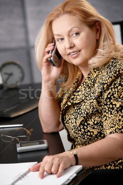 Foto stock: Altos · mujer · de · negocios · teléfono · sonriendo · hablar