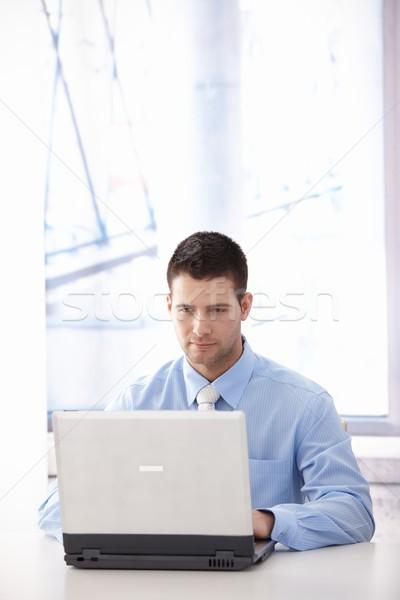 Zdjęcia stock: Przypadkowy · pracownik · biurowy · pracy · młodych · laptop · jasne