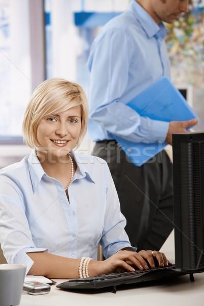Сток-фото: деловая · женщина · рабочих · компьютер · счастливым · молодые