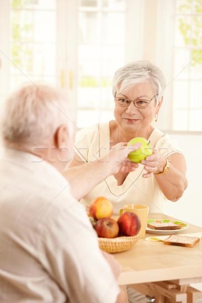 Glimlachend ouderen vrouw appel echtgenoot groene Stockfoto © nyul