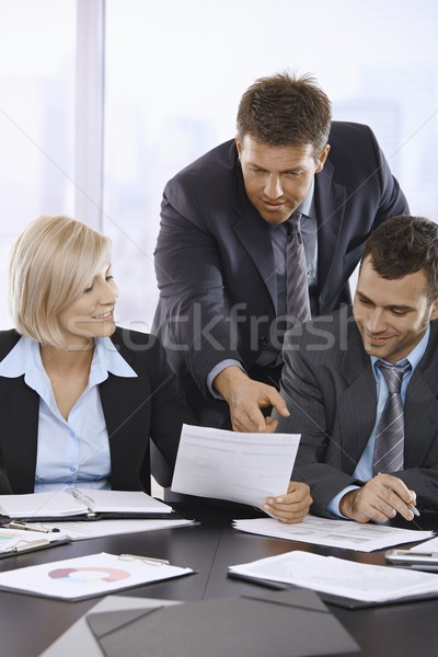 Foto stock: Gente · de · negocios · documentos · oficina · empresario · senalando · papel