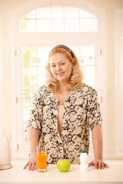 Senhora em pé cozinha balcão da cozinha Foto stock © nyul