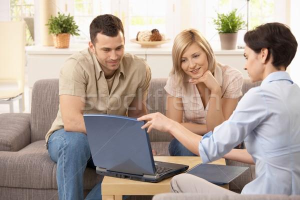 Adviseur familie uitleggen laptop luisteren Stockfoto © nyul