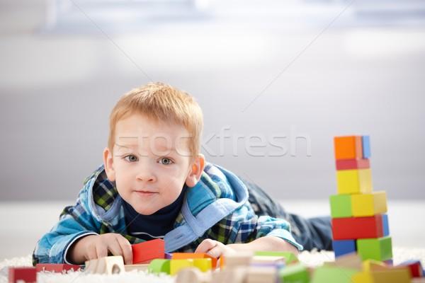 Stockfoto: Aanbiddelijk · weinig · jongen · spelen · gebouw