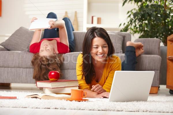 Nastolatki studia domu uśmiechnięty szczęśliwy teen Zdjęcia stock © nyul