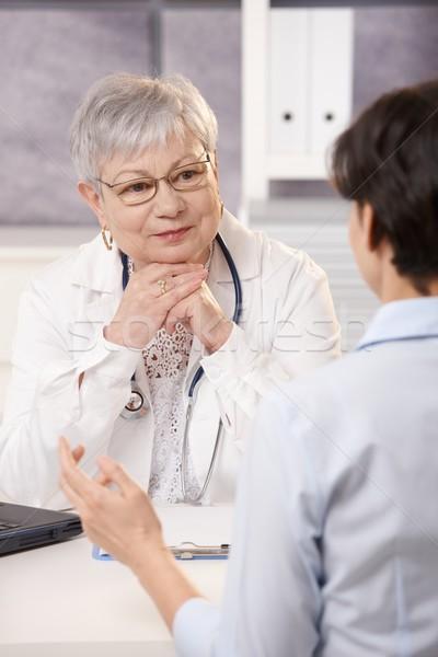 医師 リスニング 患者 シニア オフィス 笑みを浮かべて ストックフォト © nyul