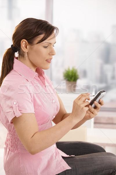 Photo stock: Employé · de · bureau · smartphone · séance · bureau · souriant