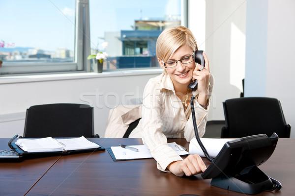 Hablar teléfono jóvenes sesión escritorio oficina Foto stock © nyul