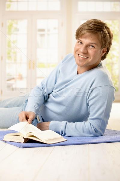 Retrato hombre libro sonriendo joven salón Foto stock © nyul